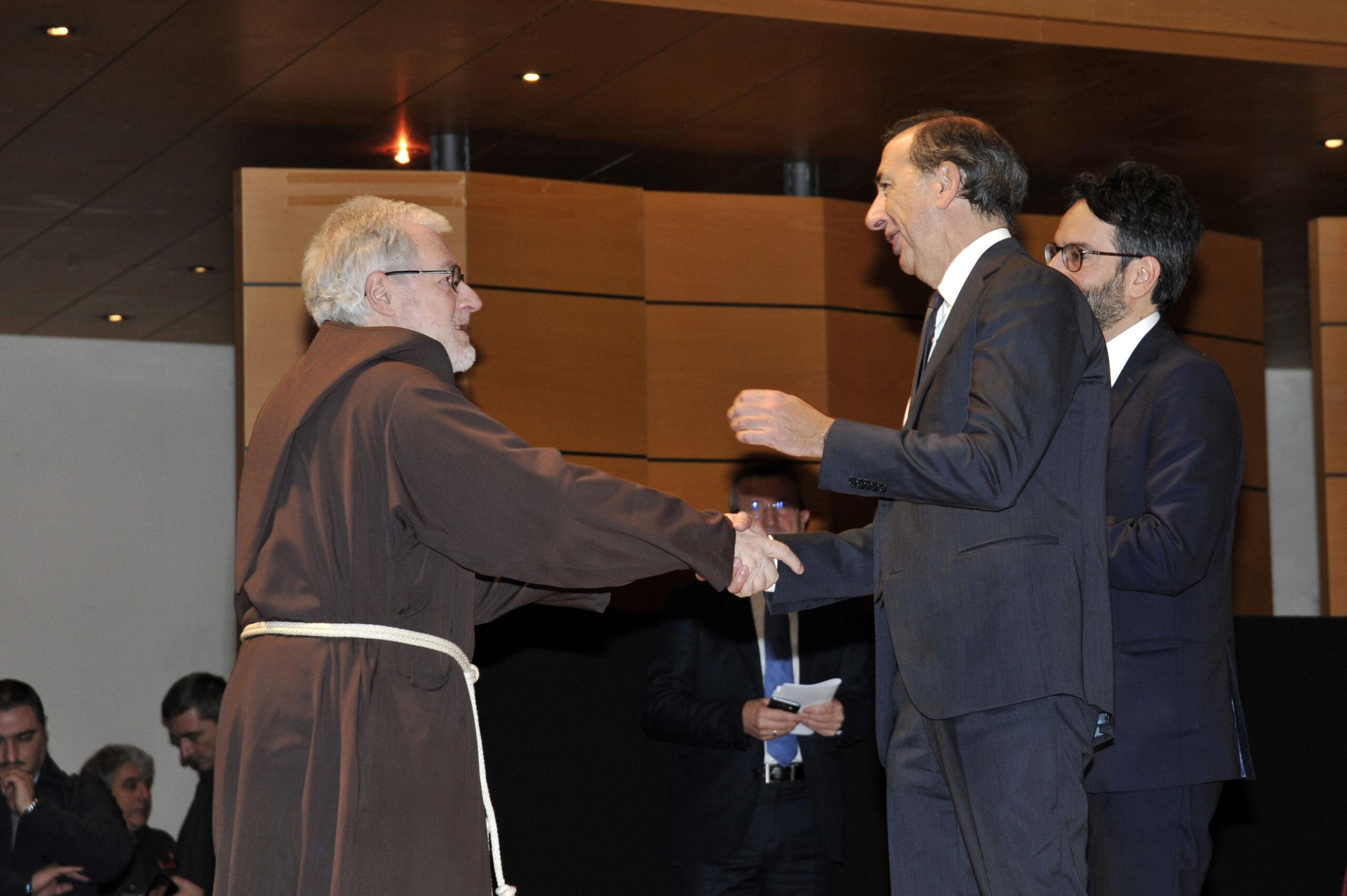 Padre Maurizio riceve l'Ambrogino d'Oro