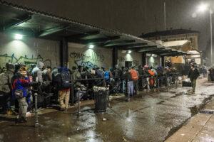 fila mensa pioggia da dietro
