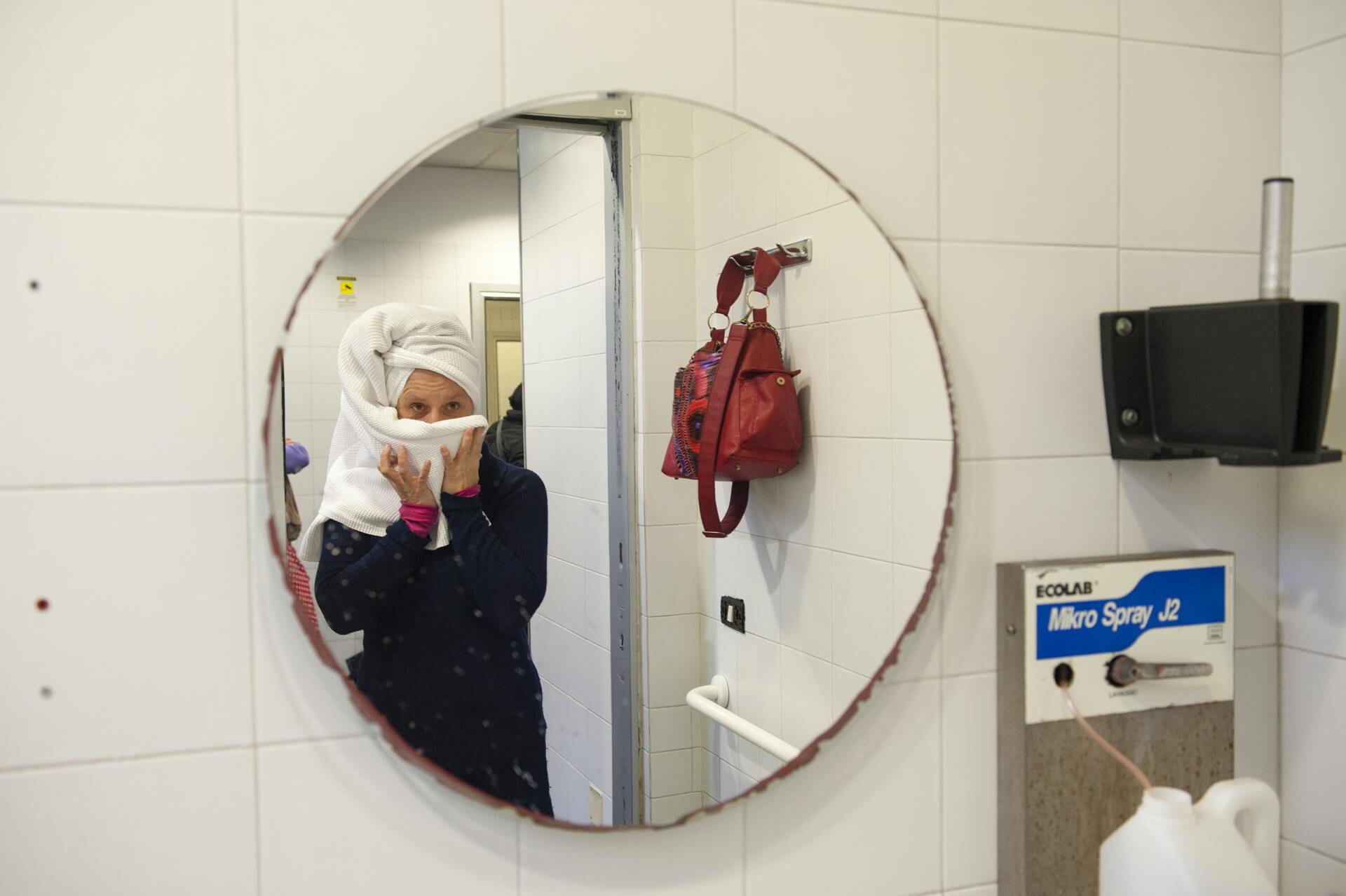 Ospite del servizio docce si specchia | OSF