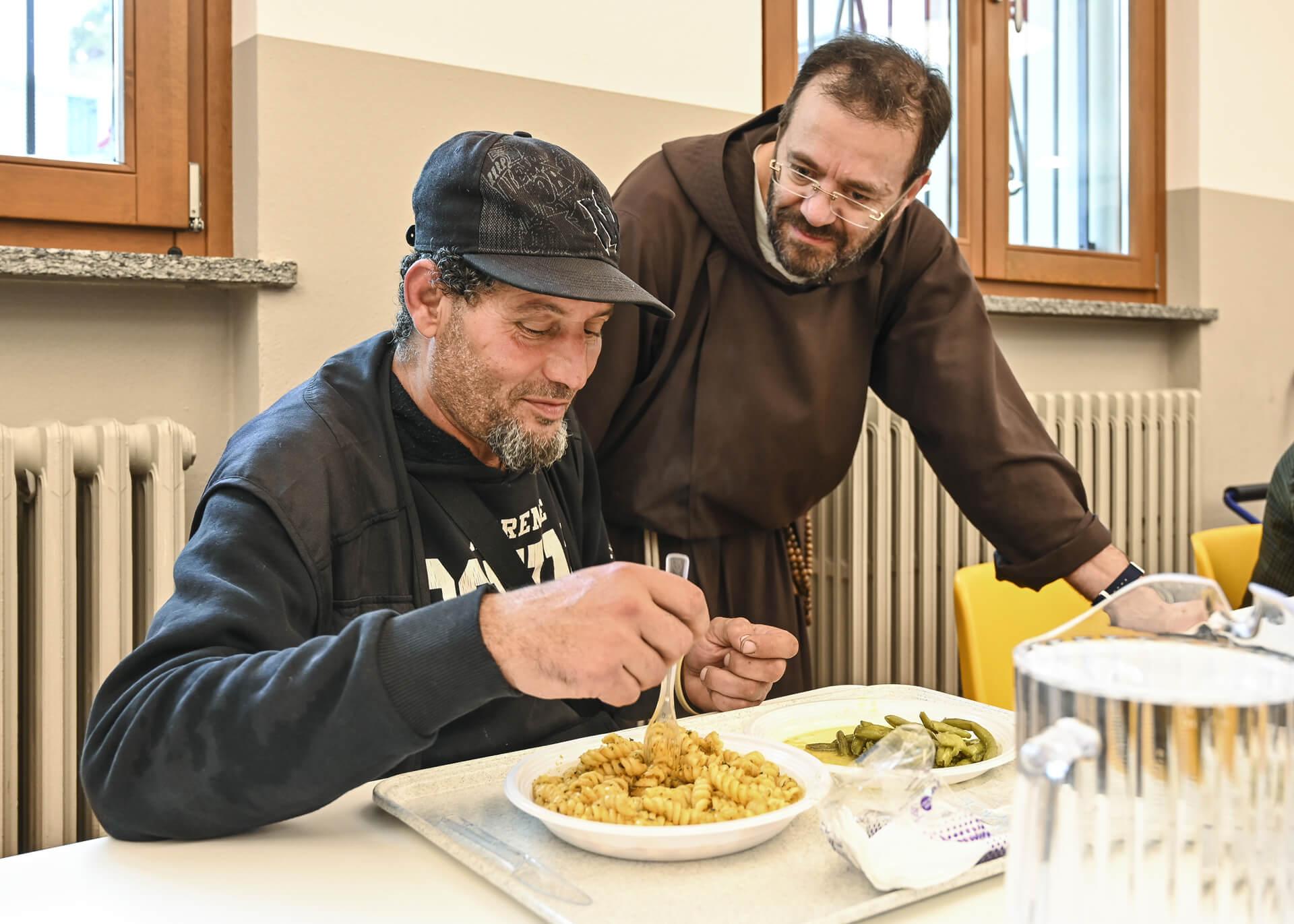 Frate e utente della mensa | OSF