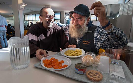 Ospite felice del servizio mense con frate | OSF