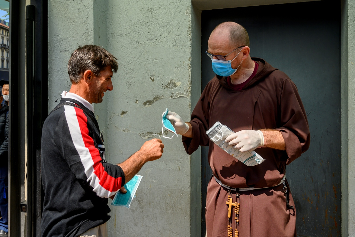 Fra Marcello dona mascherine ad un ospite | OSF