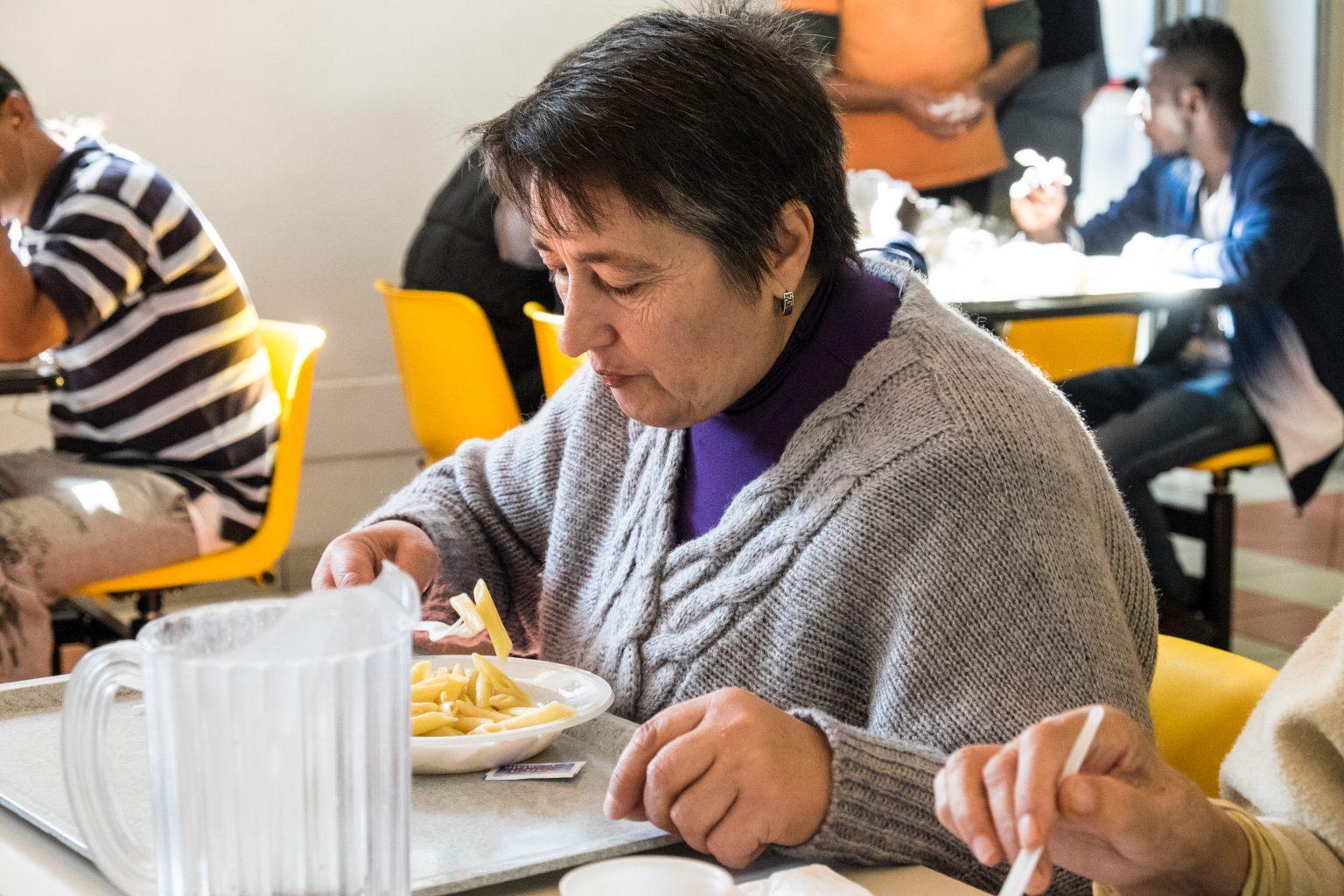 Donna mangia in mensa | OSF