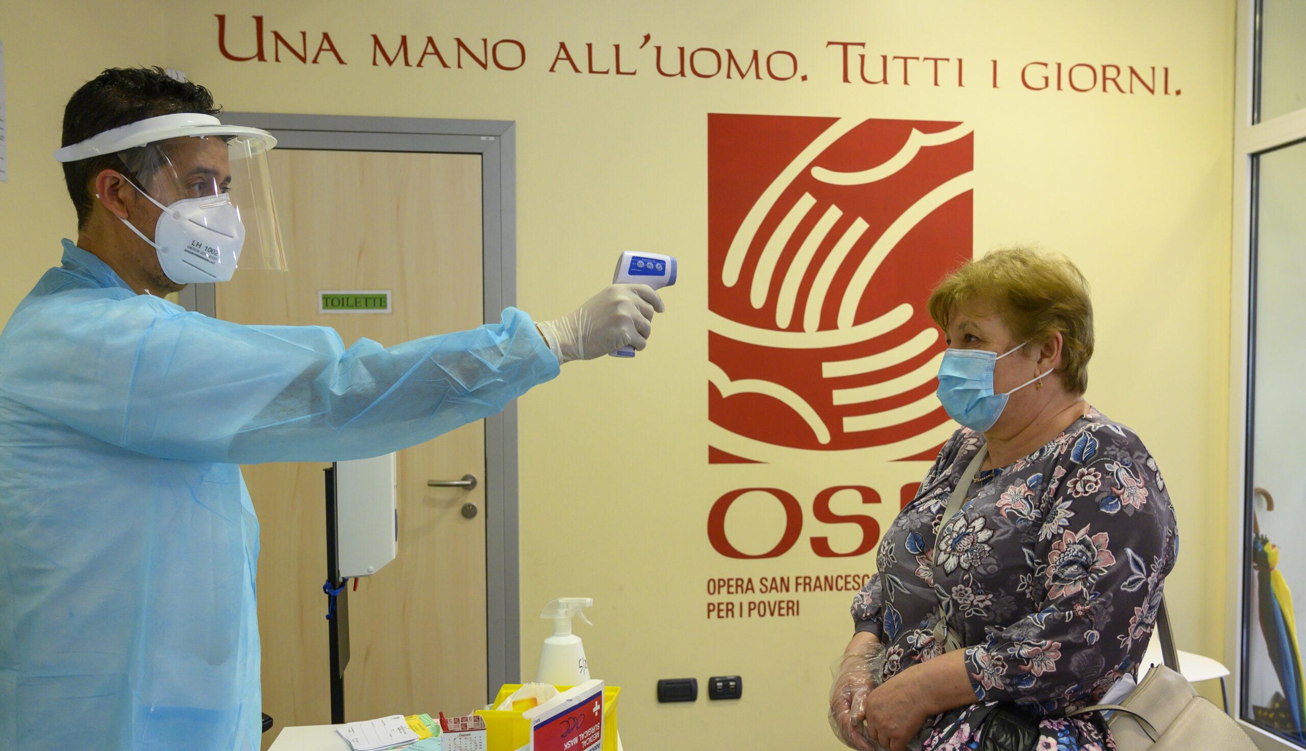 Operatore misura febbre a donna | OSF